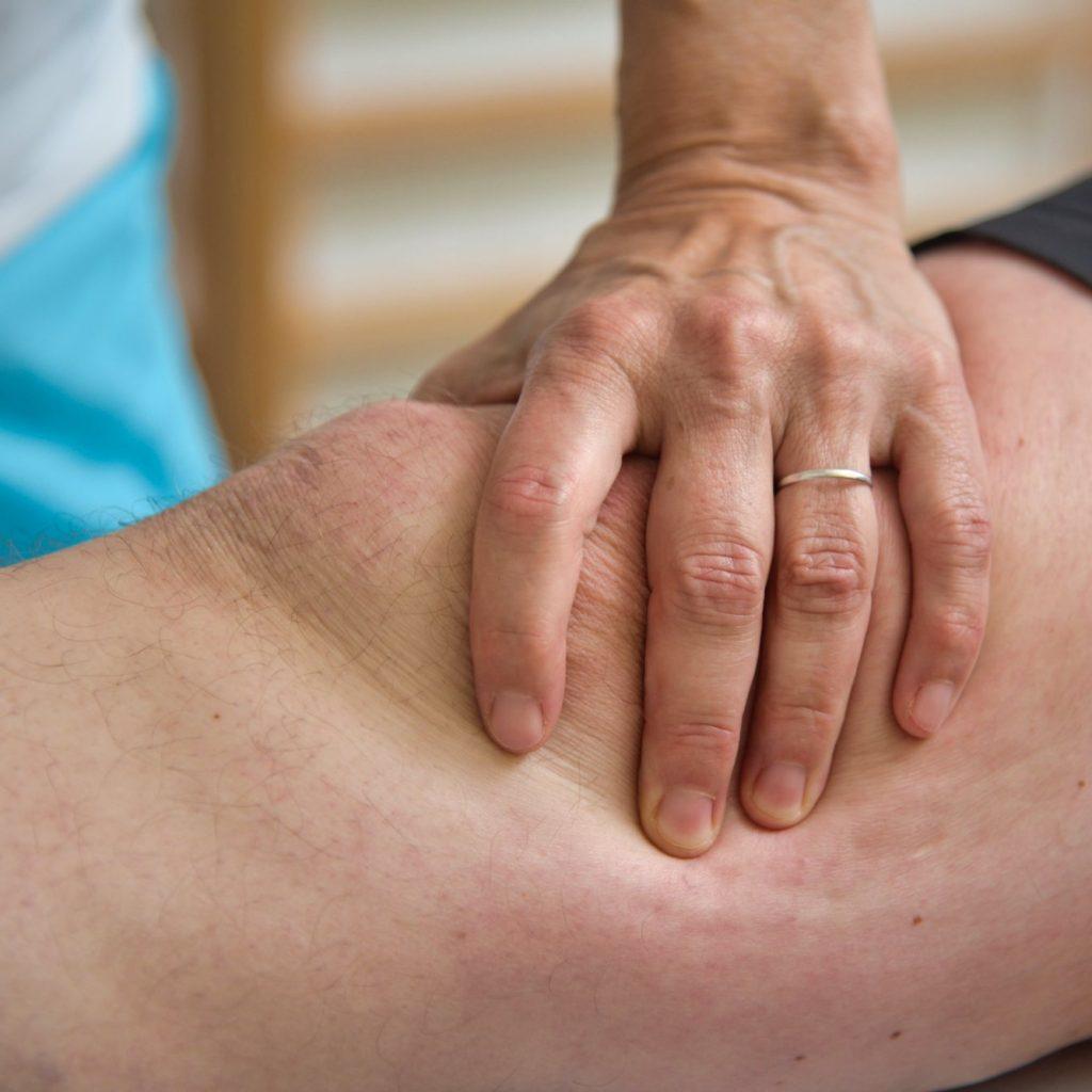 Hand auf Knie am Patient im GTZ St. Valentin.